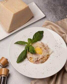 レストランメニュー。チーズとシーフードのイタリアンパスタ