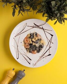 레스토랑 메뉴. 치즈와 해산물을 곁들인 이탈리아 파스타