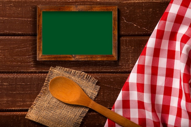 레스토랑 메뉴. 숟가락과 빨간 냅킨과 소박한 나무 책상에 누워 칠판 메뉴의 상위 뷰.