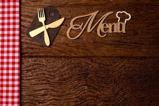 레스토랑 메뉴. 액세서리와 함께 소박한 나무 책상에 누워 woodboard 메뉴의 최고 볼 수 있습니다.