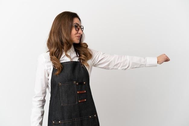 Ресторан среднего возраста официант женщина, изолированные на белом фоне, показывая палец вверх жест