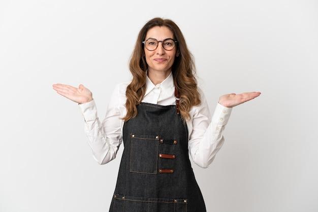 Ресторан средних лет официант женщина изолирована на белом фоне с шокированным выражением лица