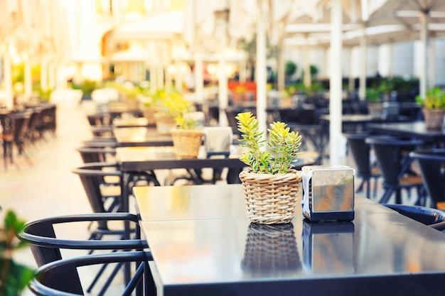 通り、ポルトガル、マデイラの屋外レストラン