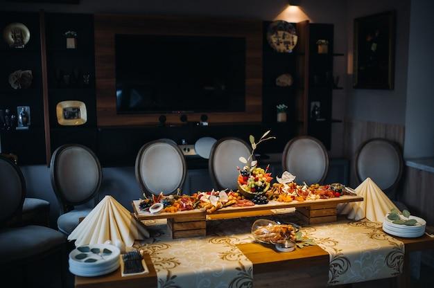 Ресторанное обслуживание. стол в ресторане с едой на мероприятии. закуски на столе. кейтеринг.