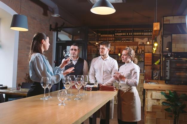 Персонал ресторана учится различать бокалы