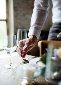 리셉션 레스토랑에서 레스토랑 직원 설정 테이블