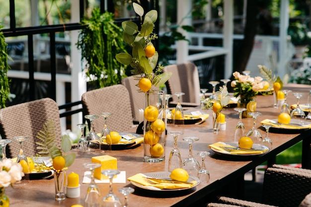 レストランの装飾ライムのレストランのテーブル