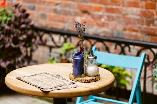 오래 된 유럽 도시에서 레스토랑 테이블