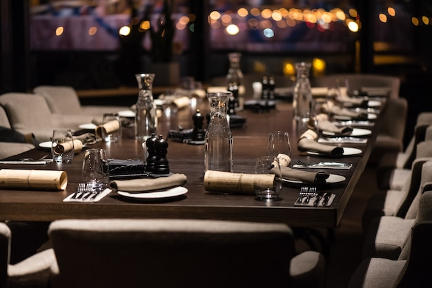 Сервировка стола в ресторане к ужину
