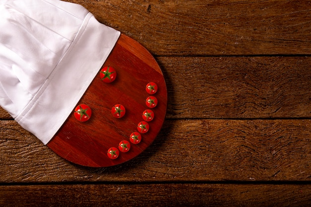 シェフの帽子とレストランのテーブル