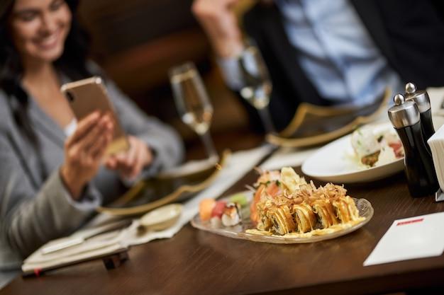 S用お寿司プレート付きレストランテーブル