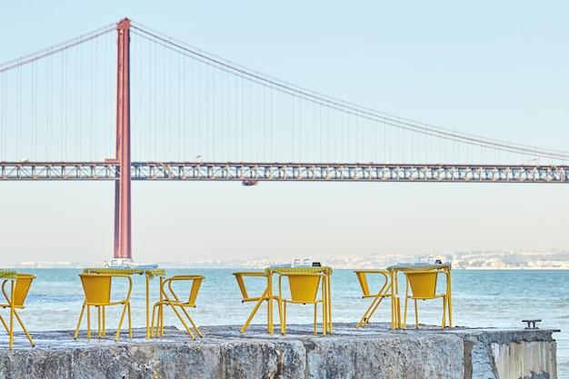 リスボンポルトガルの桟橋にあるレストランのテーブル