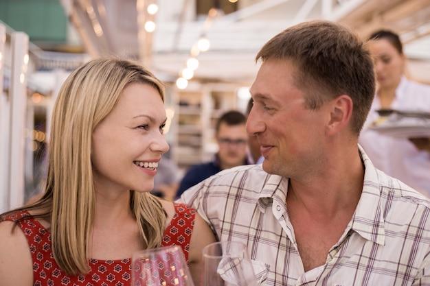 レストランの観光客のカップルが屋外カフェで食事をします。