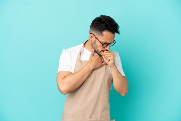 Официант ресторана кавказский мужчина изолирован на синем фоне страдает от кашля и плохо себя чувствует