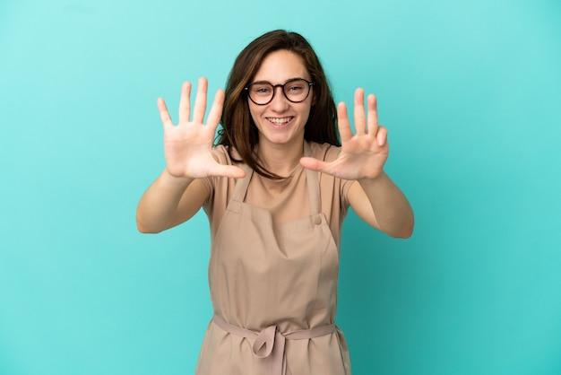 Официант ресторана, считающий девять пальцами