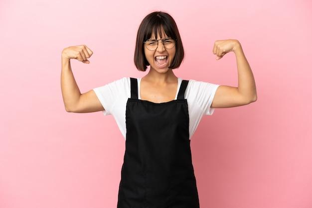 Официант ресторана на изолированном розовом фоне делает сильный жест