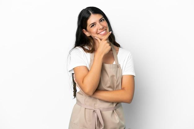 Официант ресторана на изолированном белом фоне улыбается
