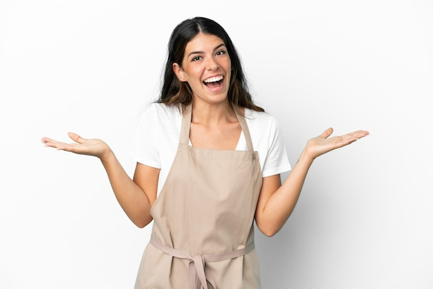 Официант ресторана на изолированном белом фоне с шокированным выражением лица