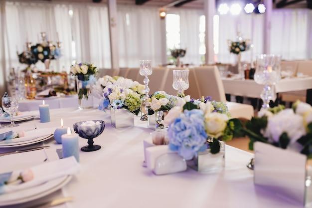 Ресторан со свадебным оформлением в небесно-голубом цвете. фото высокого качества