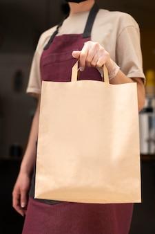 クライアントに注文を渡すレストランの労働者