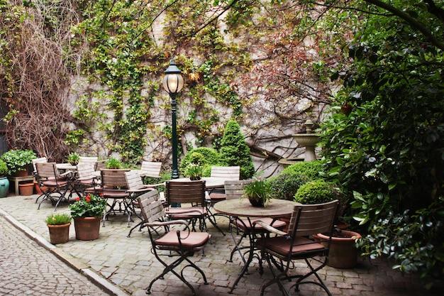 레스토랑은 벨기에 브뤼헤의 외부에 식탁을 설치했습니다.