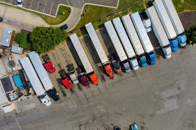 Место отдыха с различными типами грузовиков на многолюдной стоянке возле межгосударственного шоссе