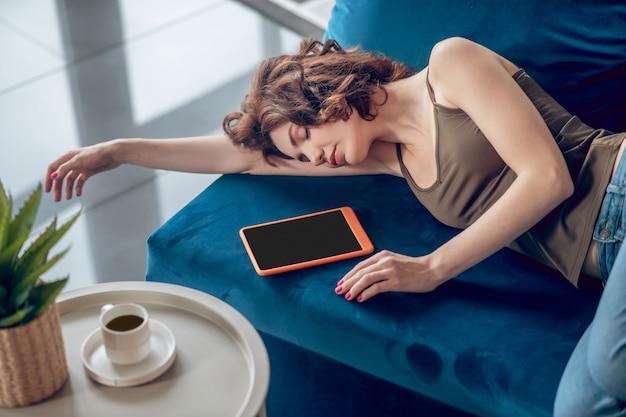 休憩。彼女の隣にタブレットとソファで寝ているきれいな女性