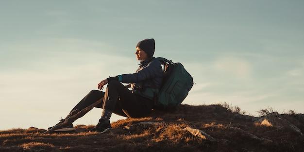 ハイキング旅行トレッキング美しい若い間太陽を楽しんで座って休んでリラックスした女性ハイカー
