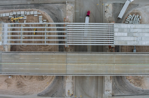 アメリカの近代的な道路インターチェンジの改修橋にある大規模道路建設現場の修復