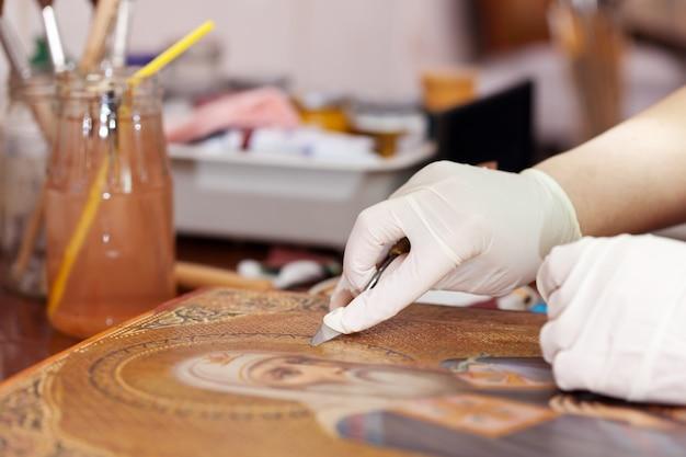 Реставратор чистка древней иконы