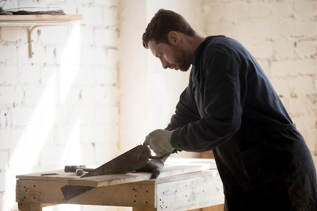 新しいプロジェクトでのアンティーク家具の復元者