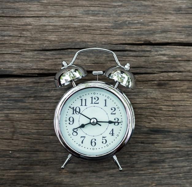 오래 된 나무 테이블에 restro 알람 시계