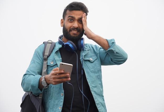 Результат и нехороший результат студент с мобильным телефоном