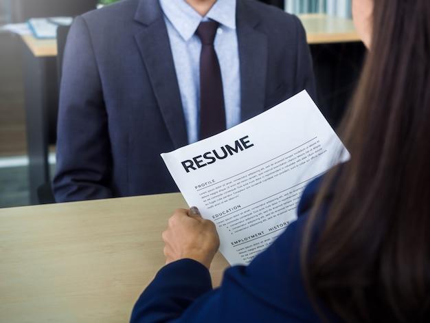 고용주의 손에 이력서 또는 이력서 작성 및 지원자 프로필 검토
