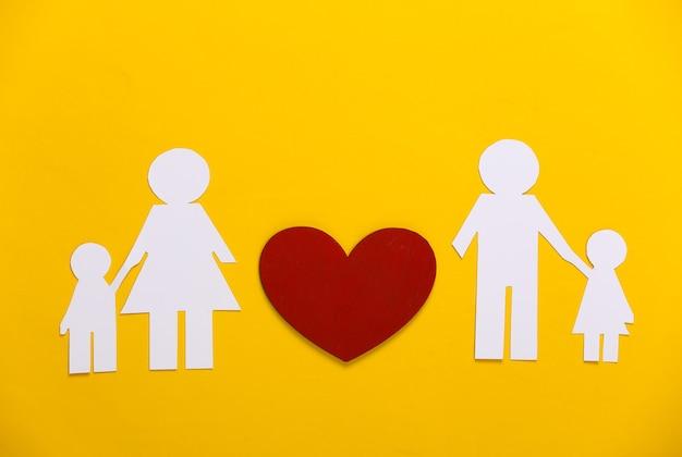 관계 개념을 다시 시작하십시오. 노란색에 붉은 마음으로 종이 가족