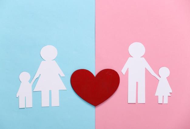 관계 개념을 다시 시작하십시오. 블루 핑크 파스텔에 붉은 마음으로 종이 가족