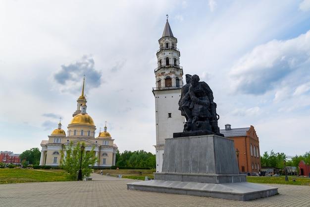 復活教会、ネヴィヤンスカヤ傾斜塔とピーターiとn.デミドフの記念碑。