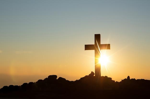 Концепция воскресения христова: распятие креста иисуса христа на закате