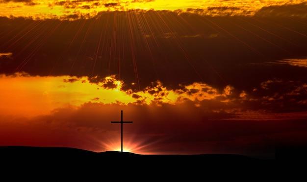 예수 그리스도의 부활 개념 : 일출 배경에 예수 그리스도의 십자가 앞의 하나님 어린 양
