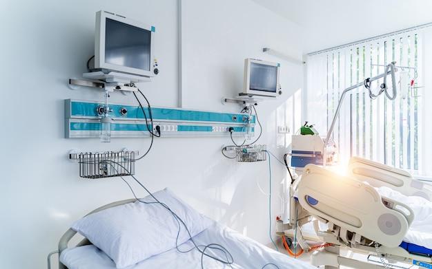 Реанимационная палата с современными медицинскими койками для раненых в областной больнице. коронавирус, концепция вируса. идентификация covid-19. пандемия.