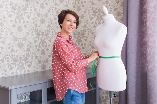 新しい小売衣料品コレクションをデザインするテキスタイルビジネスの小売起業家ファッションデザイナー