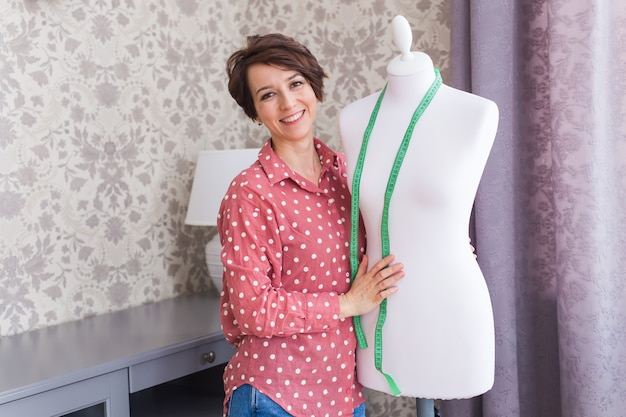 새로운 소매 의류 컬렉션을 디자인하는 섬유 사업의 소매 기업가 패션 디자이너