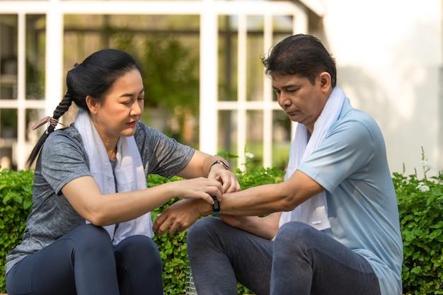 행복하고 건강하게 운동하는 은퇴한 부부, 은퇴 연령 운동, 노인 생명 보험