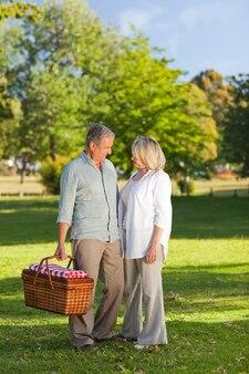 ピックニッキングする場所を探していた退職したカップル