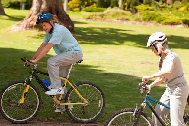 外に退職したカップルのマウンテンバイク