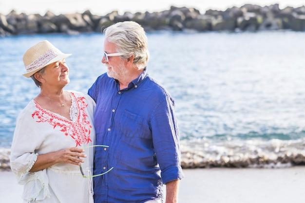 휴가 기간 동안 바다에서 은퇴 한 행복 한 커플