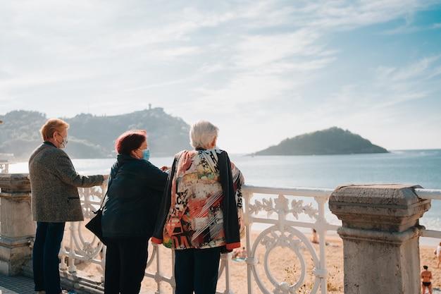 산세바스티안의 라 콘차 해변을 바라보는 은퇴한 여성