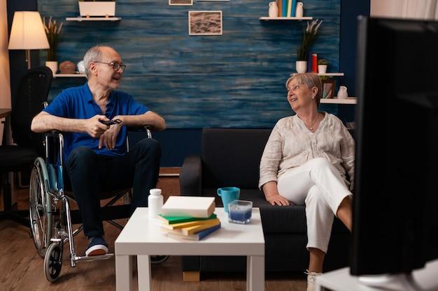 笑顔で家に座って引退した成熟した人々