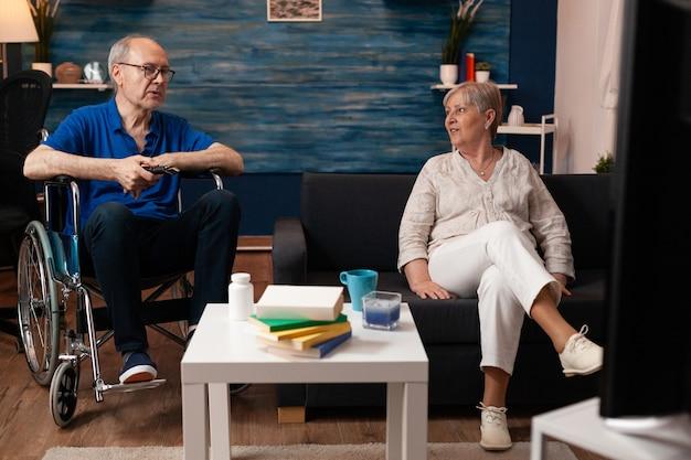 Persone mature in pensione sedute a casa sorridenti Foto Gratuite
