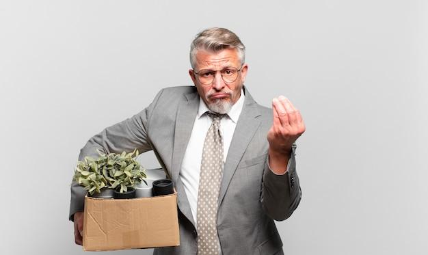 あなたの借金を支払うようにあなたに言って、capiceまたはお金のジェスチャーをしている引退したシニアビジネスマン!